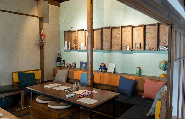 共用のラウンジスペース。壁の棚はお餅や食料を保存する室蓋を再利用したもの。