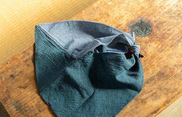 古民家から出てきた着物をほどいてつくった「あずま袋」(1320円)。ここでしか手に入らない唯一無二のお土産に。