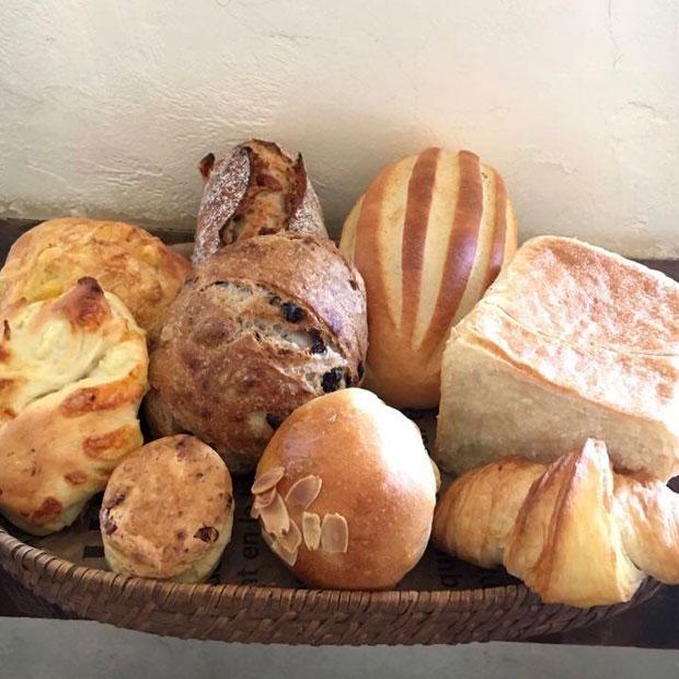 九州産小麦を使用し、オーガニックレーズンから起こした自家製酵母を使ったハード系のパンが人気の〈かどぱん〉。(写真提供:かどぱん)