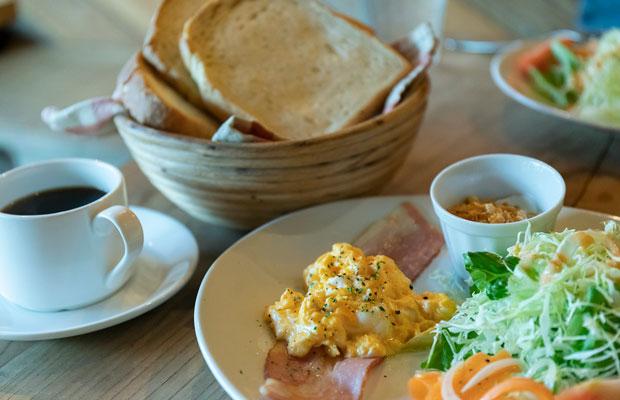 〈たけた駅前ホステルcue〉の朝食は1食で700円。かどぱんのトーストは焼き加減も抜群でおいしい。