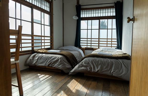 「光」の室内。大きな窓から差し込む光が特徴のお部屋です。