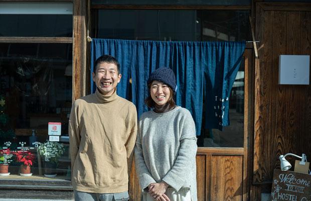 夫婦で〈たけた駅前ホステルcue〉を営む堀場貴雄さんとさくらさん。