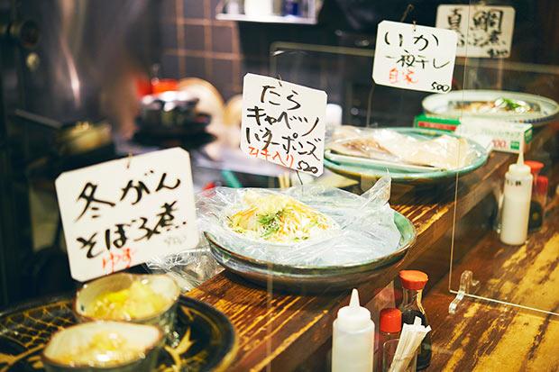カウンター前に並んだ大皿。料理自慢で居心地のいい居酒屋ということが伝わります。