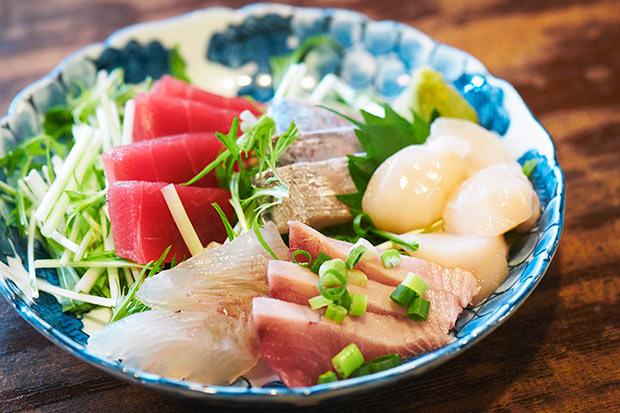 本日の刺盛りは、マグロの赤身、ホタテ、タチウオ、ヒラメ。その時の仕入れ、魚により1220円~。