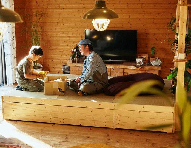 ソファが傷んできたので、新たに手づくりした琉球畳の小上がり。