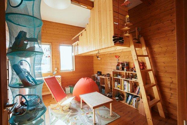 宙に浮かぶようなロフトや学習机など、子ども部屋にも芳樹さんがつくったものがずらり。