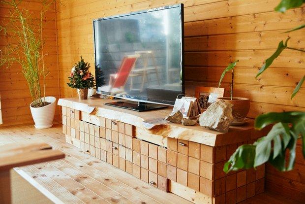 年輪の模様がかわいい薄い板を、扉に貼ったテレビボード。