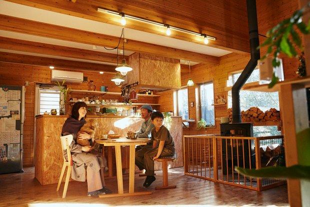横型の多い薪ストーブだが、芳樹さんは縦型のシンプルな形がお気に入り。