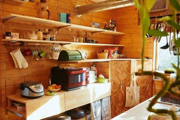 キッチンの可動式の棚は、下段の目隠しまで手づくりで