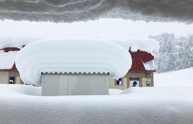 私の仕事場から見える景色。物置の雪がマッシュルームのようになっている!