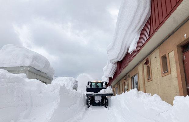 重機で家の前の雪をご近所さんがきれいにしてくれた。本当にありがたい!