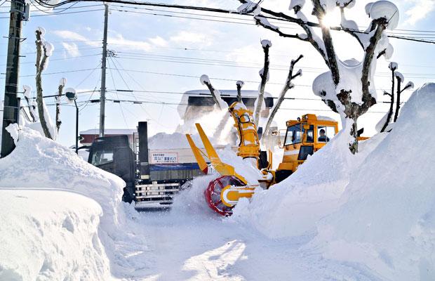 道路脇の雪をトラックに積む様子。(撮影:平野義文)