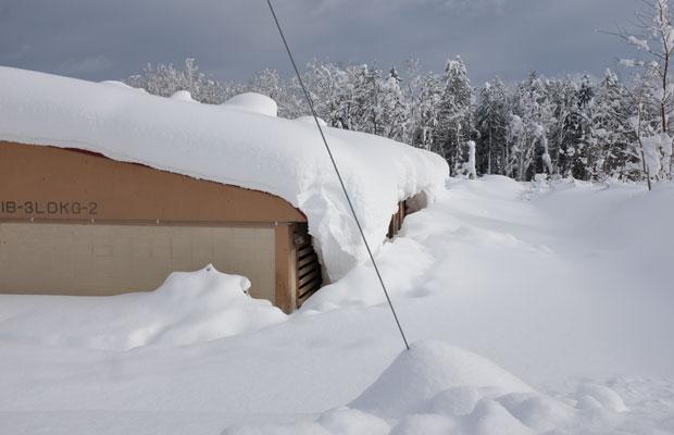 屋根の雪が垂れ下がって、窓を塞ぐケースもある。