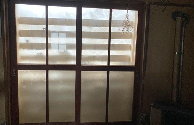 ついに窓の高さまで雪が来てしまった。窓が割れないように雪止めの板をつけている。