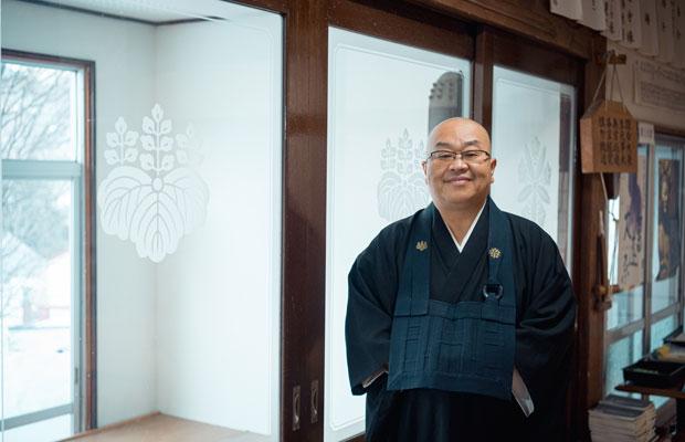安国寺の住職、岡田博孝さん。日々笑顔でいることの大切さを学生に語った(撮影:佐々木育弥)