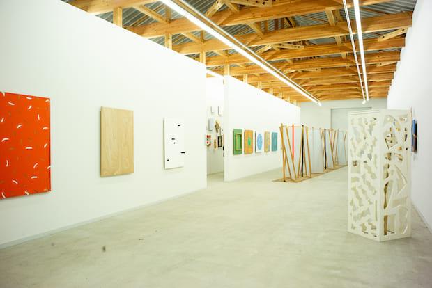 圧倒的な作品数を誇る〈菅木志雄 倉庫美術館〉。バリエーションの豊かさに驚かされる。