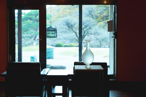私たちが訪れたときはサロンにてガラス作家、瀬沼健太郎さんの個展を開催(2020年11月)。淡い光を宿した器が辺りの景色に溶け込んでいました。現在、企画展のキュレーションは専務の室井康希さんが行っています。