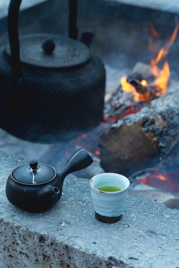 囲炉裏のそばには作家ものの湯呑みが多数置いてあり、好きな器で飲めるようになっています。