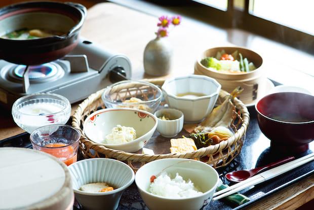 朝ごはんと夜ごはんは、お部屋で(写真は朝食)。体の中から健康になるように、化学調味料などは一切使わず、地のものを生かし、ていねいにつくられた料理がいただけます。料理の味は、もちろん絶品。