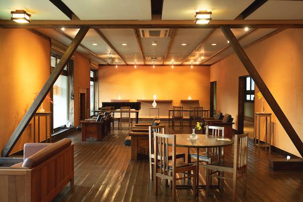 1階にあるサロン。月ごとに企画展を開催しており、これまでに菅木志雄、磯谷博史、加藤委、安齊賢太、山本雄基などの個展を開催。宿の中にはサロンだけではなく、そこかしこに作品が展示されています。
