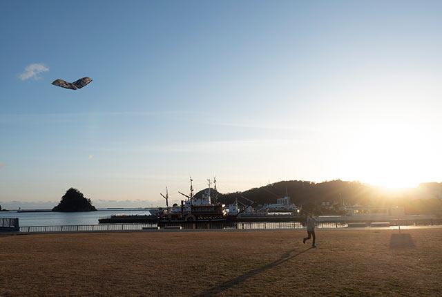 娘と凧揚げ