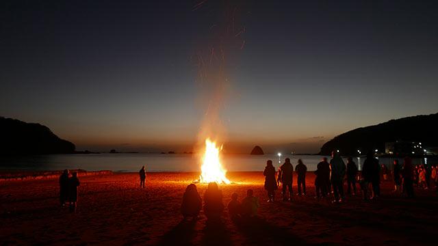 自宅近くの浜で行われたどんど焼き