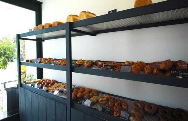 施主自ら塗装したパンの陳列台。色の選定や養生方法、道具の選定などは設計監修のもと行われた。