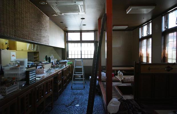 居酒屋のビフォー。居酒屋はカウンター席、小上がり席、畳敷の3つのゾーンに分かれていた。どの部分にパン屋を増築するか、厨房との位置関係はどうするかなど、いくつものパターンを検討。