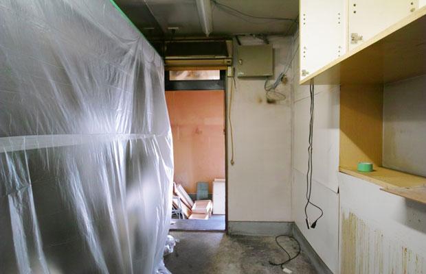 店の奥では居酒屋の厨房とパン屋の厨房がつながっている。排水や電気の分岐箇所など、さまざまな業者さんと打ち合わせを重ねて最適解の検討を行った。