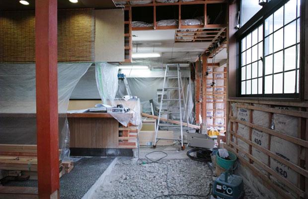 居酒屋のテーブル席だったスペース。奥の居酒屋のカウンターを短くして、この幅にパン屋の売り場をつくることになった。左の手前に見える柱を境に居酒屋とパン屋の仕切りとなる壁をつくる。