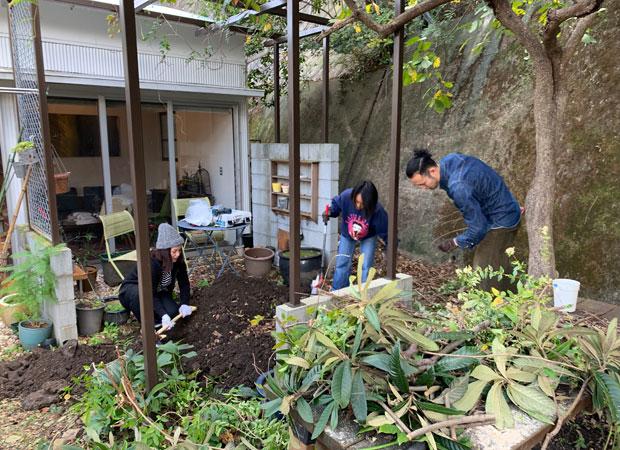 庭掃除も入居者同士で。