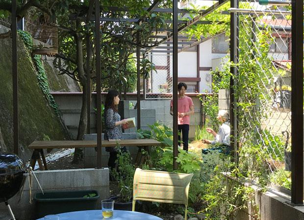 天気のいい日はみんなで庭を楽しむ。