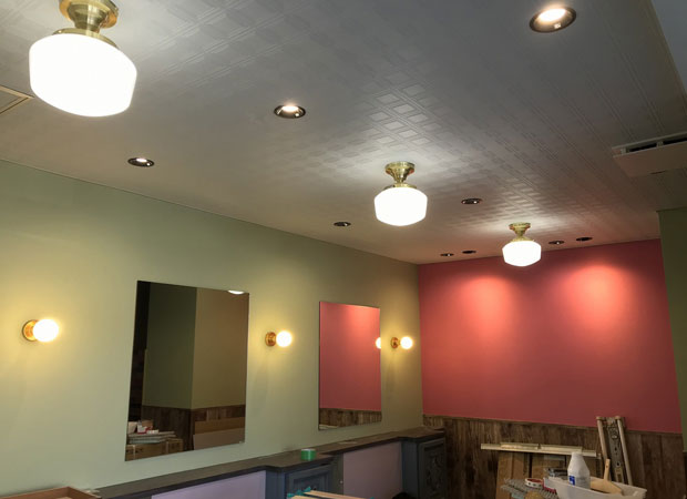 完成直前の店内。レトロな天井の質感は残したまま、空間全体がきれいに塗り直された。