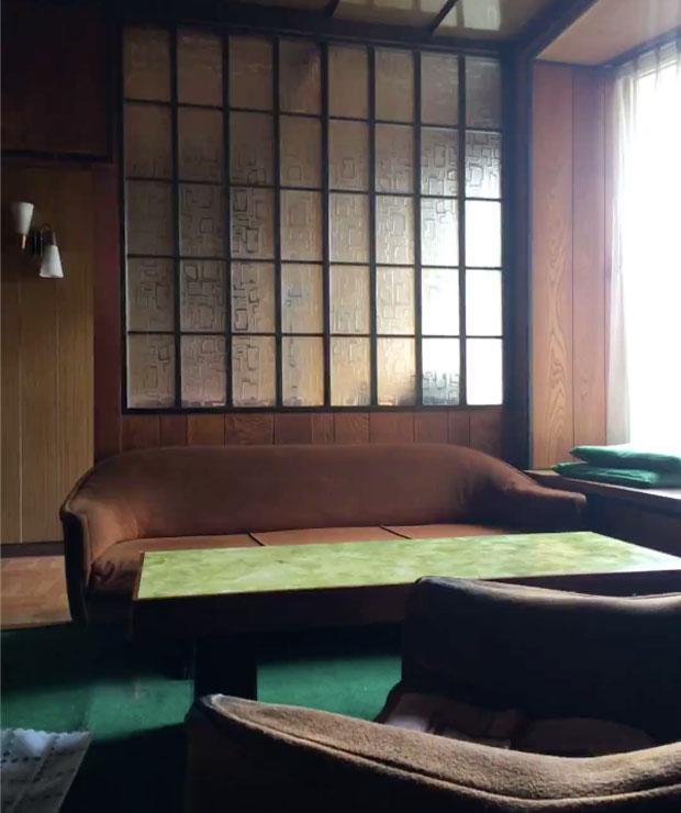 住居部分はレトロな家具が残された哀愁あふれる空間。ここは後に駆け出しのアーティストが月5000円で住める家に、オフィス部分はアメリカ発オステオパシーマッサージ店へと生まれ変わった。
