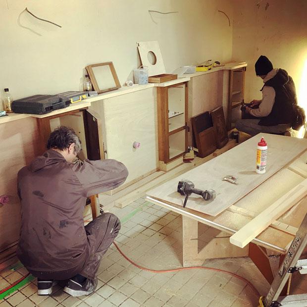 狭いスペースを効率よく手直ししていく〈わのう工芸〉の職人さんたち。