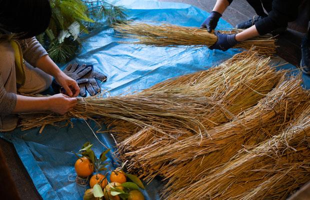 しめ縄づくり。稲わら、橙、松の木、ウラジロなど材料は身近なところで集めてきます。