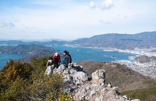 瀬戸内海と小豆島の山々、まち並みが美しい。