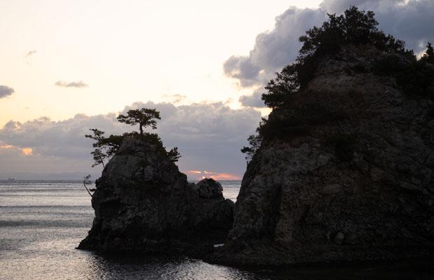 2021年初日の出を早起きして見に行きましたが、雲に隠れてしまって見えなかった。小さな島と島の間から太陽が見えるはずでした。小豆島の花寿波島(はなすわじま)にて。