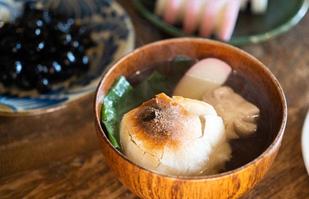 年末についたお餅で元旦の朝はお雑煮。香川は「あんもち雑煮」(白味噌仕立てのお汁にあんもちが入った雑煮)が有名ですが、うちはシンプルなすまし汁に焼いた丸餅とかしわ肉のお雑煮。