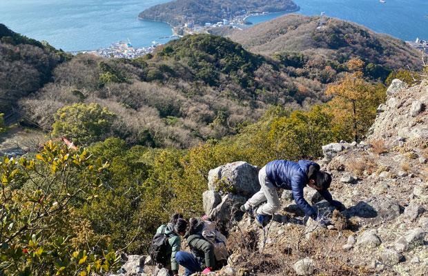 小豆島で山歩き。こんなスリリングな箇所も時々あります。下調べと備えをちゃんとして行きましょう。