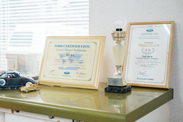 事務所には、フォード時代に整備の大会で表彰された際の賞状が。フォードでは、整備とマネジメントを約5年ずつ経験した。