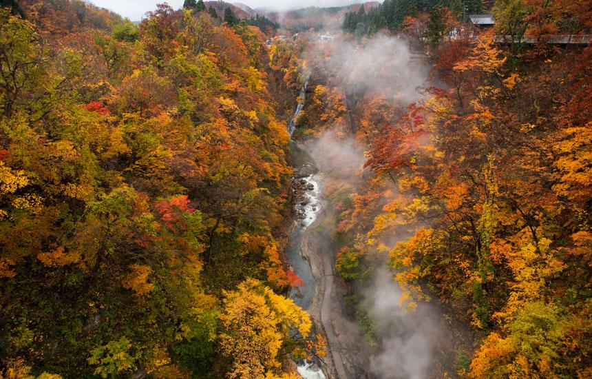 温泉の滝に、地獄の景色まで! 地熱のまち湯沢の小安峡温泉と川原毛地獄・川原毛大湯滝