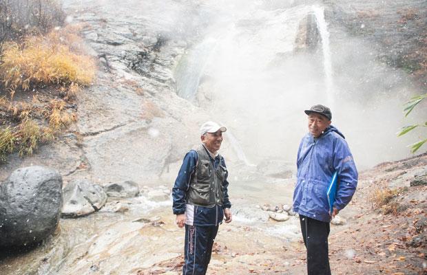 2013年に湯沢市の第1期ジオガイドとして認定されて以来、案内を続ける渡部彰夫さん(右)と菅英夫さん(左)。