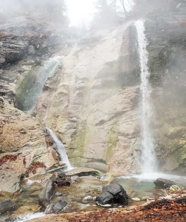 滝の落差は20メートル。7月上旬から9月中旬が入浴できるシーズンで、100度近い温泉が沢水と一緒になり、滝壺が約40度のちょうどいい湯加減に。この日は、ゆざわジオパークのキャッチフレーズである「いにしえの火山のめぐみ あつき雪 いかして築く 歴史と暮らし」にマッチした、初雪と大湯滝の珍しい光景が撮影できました(冬季は閉鎖されています)。
