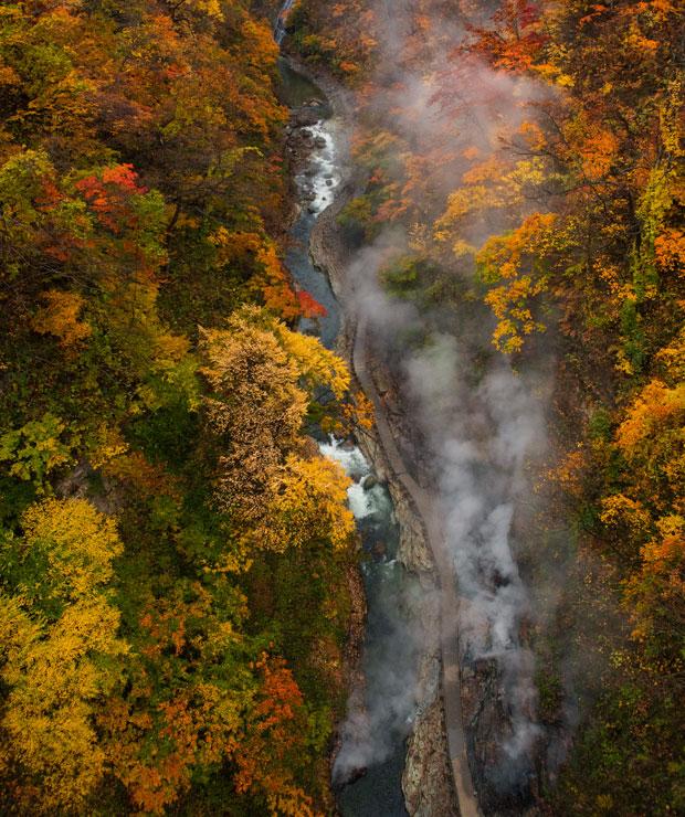 約60メートル上の河原湯橋からも肉眼で見えるほど力強く蒸気や温泉が噴き出ています。
