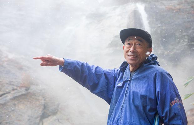 熱心に解説してくれる渡部さんは湯沢市出身。営業職を経てジオガイドに。「父が石屋だった。自分の地域のことは当たり前で興味もなく過ごしてきたんだけども、ガイドをするようになって、湯沢ならではの仕事だと気づかされました」