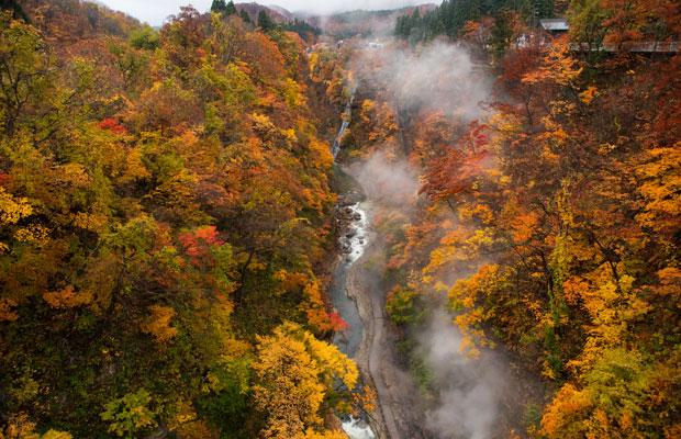 湯沢を代表する温泉郷「小安峡温泉」。モクモクと湯気が吹き出しています。