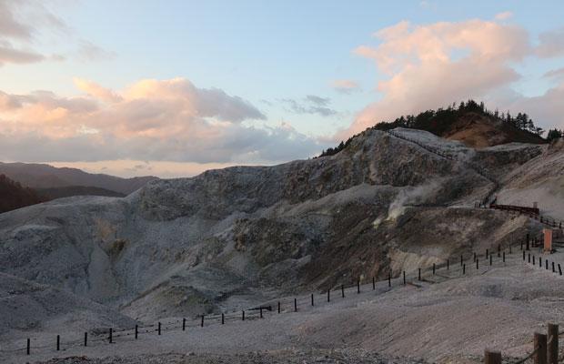 古い火山の活動により生み出された景色のひとつ「川原毛地獄」。地熱の力を感じられる湯沢の観光スポットのひとつです。