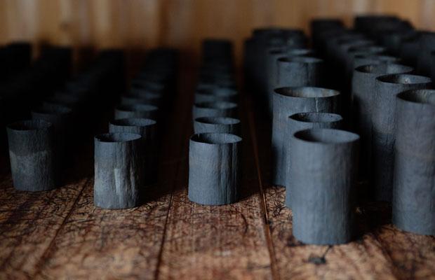 「いたずらして木の皮でコップとかぐい飲みをつくっているの」と見せてくれたのは、自ら山でサワグルミの皮を採取して木地をつくり、漆を塗った、遊び心ある器。完成すると木地から塗りまですべて自身でつくる器となります。