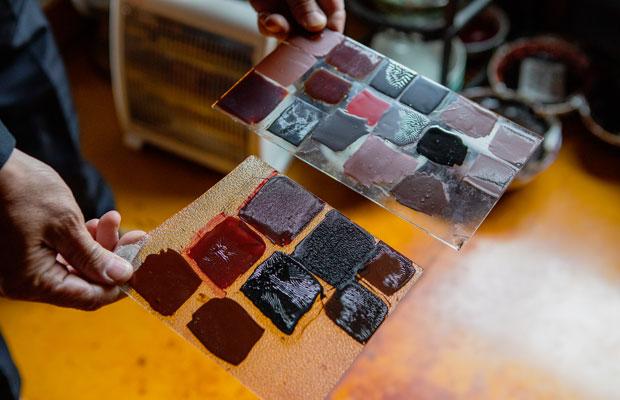 温度や湿度をチェックするための試し塗り。漆を乾燥させる漆室に中塗りを終えた器と一緒に入れ、上塗り作業のたびに乾き具合を確認。それによって器に塗る漆の量や乾燥時間を調整します。